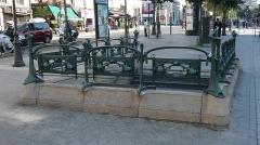 Métropolitain, station Place de Clichy - Français:   Edicule Guimard Métro Place de Clichy