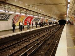Métropolitain, station Place de Clichy - Français:   Station Place de Clichy de la ligne 13 du métro de Paris, France.