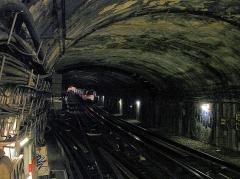 Métropolitain, station Place de Clichy - Français:   Tunnel au nord de la station Place de Clichy de la ligne 13 du métro de Paris, France.
