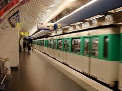 Métropolitain, station Place de Clichy - Français:   Station Place de Clichy de la ligne 2 du métro de Paris, France.