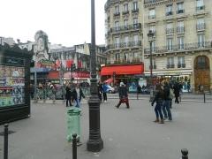 Théâtre de l'Elysée-Montmartre, ancien dancing -  Kiosque à journaux, station de métro Anvers et Music hall Elysée Montmartre, Boulevard de Rochechouart, XVIIIe arrondissement, Paris, France.