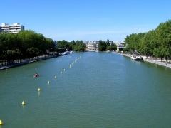 Ancienne barrière d'octroi de la Villette ou rotonde de la Villette - Français:   Le Bassin de La Villette depuis la passerelle centrale vers la Rotonde de La Villette