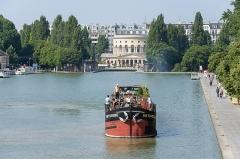Ancienne barrière d'octroi de la Villette ou rotonde de la Villette - Français:   Péniche sur le bassin de la Villette avec, au fond, la rotonde de la Villette (Paris, France)