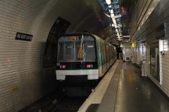 Métropolitain, station Pré-Saint-Gervais - Français:   Rame de métro dans la station Pré Saint-Gervais, Paris.