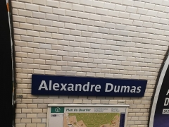 Métropolitain, station Alexandre-Dumas - Français:   Plaque signalétique de la station Alexandre Dumas, en 2018.