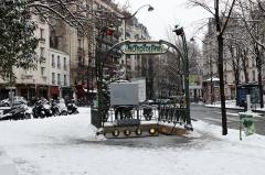 Métropolitain, station Gambetta - English:  Entrance to metro under the snow, Gambetta station, Paris.