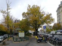 Métropolitain, station Gambetta - Français:   Place Martin-Nadaud - Paris XX