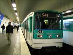 Métropolitain, station Gambetta -  L'un des 3 MF 67 non rénové de la ligne 3
