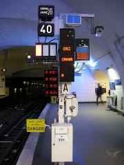 Métropolitain, station Gambetta - Français:   Mât de signalisation (DSO-AA_HS-SS et SSO) à la station Gambetta de la ligne 3 du métro de Paris, France.
