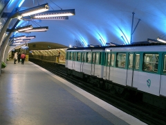 Métropolitain, station Gambetta - Français:   La station Gambetta de la ligne 3 du métro de Paris, France. On distingue au fond l\'ancienne station Martin Nadaud.
