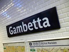 Métropolitain, station Gambetta - Français:   Panneau de la station Gambetta de la ligne 3 du métro de Paris, France. On distingue au fond l\'ancienne station Martin Nadaud.