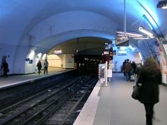 Métropolitain, station Gambetta - Français:   La station Gambetta de la ligne 3 du métro de Paris, France. On distingue à gauche l\'ancien tunnel en direction de Porte des Lilas, devenu un couloir de correspondance vers la ligne 3 bis.