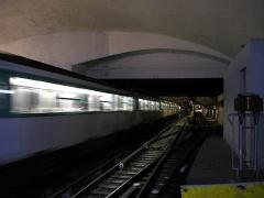 Métropolitain, station Gambetta - Français:   La station Gambetta de la ligne 3 du métro de Paris, France. Le tunnel en direction de Porte de Bagnolet.