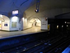 Métropolitain, station Gambetta - Français:   La station Gambetta de la ligne 3 du métro de Paris, France. On distingue au centre l\'ancien tunnel en direction de Porte des Lilas, devenu un couloir de correspondance vers la ligne 3 bis.