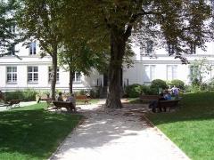 Pavillon dit Pompadour - English: General view of the Jardin du Carré de Baudouin, at rue de Ménilmontant in Paris