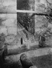 Eaux de Belleville : Regard Saint-Martin - Français:   Intérieur du regard Saint-Martin, Paris. Photo extraite du procès-verbal de la Commission municipale du Vieux Paris, 12 octobre 1899