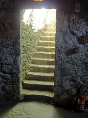 Château - Escalier d'entrée du cellier.