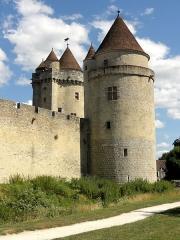 Château - Donjon (à gauche) et tour des Gardes.