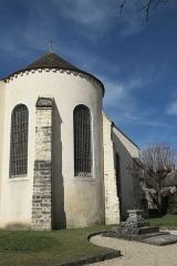 Eglise - Deutsch: Katholische Pfarrkirche Saint-Sévère in Bourron-Marlotte im Département Seine-et-Marne (Île-de-France/Frankreich), Apsis und Friedhofskreuz