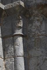 Eglise Saint-André - Deutsch: Ehemaliges Priorat Saint-André in Château-Landon, einer Gemeinde im Département Seine-et-Marne (Île-de-France), aus der Mitte des 12. Jahrhunderts, eingestellte Säule am Portal