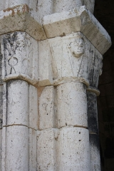 Tour Saint-André - Deutsch: Ehemaliges Priorat Saint-André in Château-Landon, einer Gemeinde im Département Seine-et-Marne (Île-de-France), aus der Mitte des 12. Jahrhunderts, romanische Kapitelle am Portal