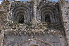 Tour Saint-André - Deutsch: Ehemaliges Priorat Saint-André in Château-Landon, einer Gemeinde im Département Seine-et-Marne (Île-de-France), aus der Mitte des 12. Jahrhunderts, romanische Archivoltenfenster und skulptierte Kragsteine