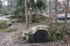 Chapelle de l'ermitage de Franchard (restes) - English:  Until the construction of the wells of the forest house, the fountain of the Hermits, taped in 1169, was the only water point of the hermitage of Our Lady of Franchard.