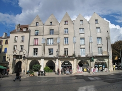 Immeuble - English: Typical medieval houses (with their hard shaped roofs), place de la fontaine, Lagny (Seine-et-Marne, France).