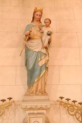 Eglise de Lorrez-le-Bocage - Français:   Vierge à l\'enfant. Cette Vierge est vêtue d\'un manteau au drapé relevant d\'une savante combinaison. Tombant sur le pied droit, il est retenu par une élégante courbe et glissé sous l\'Enfant pour se terminer en larges volutes. L\'ensemble provoque un mouvement ascendant qui mène le regard vers l\'Enfant. C\'est un thème récurrent de la statuaire religieuse, et chaque église possède en général, une statue de ce genre.