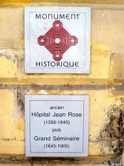 Séminaire - Français:   Plaques informant sur le classement comme monument historique.