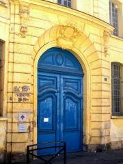 Séminaire - Français:   L\'un des deux portails sur la rue Saint-Rémy.