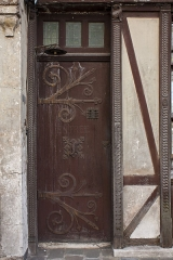Maisons néogothiques - English:  Former entrance door wiyh large wrought iron hinges.