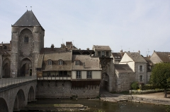 Pont de Moret - English:  Gate of Burgundy,  home of the 15th century and postern of the trough.