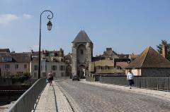 Pont de Moret -  La porte de Bourgogne à Moret-sur-Loing (Seine-et-Marne, France)