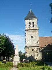 Eglise Saint-Martin - Français:   Le clocher depuis le sud (incliné vers le nord); au premier plan, le monument aux morts.