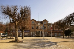 Mairie, anciennes écoles -  Mairie de Noisiel en Seine et Marne   construite  entre 1874 et 1876 sur la place Emile Menier au coeur de la cité MENIER et protégèe au titre de Monument Historique.