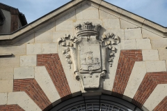 Hôtel-Dieu -  Krankenhaus, Hôtel-Dieu, in Provins im Département Seine-et-Marne (Île-de-France/Frankreich), Eingang mit dem Wappen von Provins