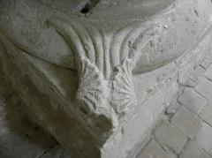 Eglise Saint-Loup - Détail de base de colonne de la nef de l'église prieurale de Saint-Loup-de-Naud (77).