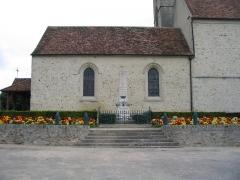 Eglise Saint-Germain -  Monument aux morts de Savigny-le-Temple, orné d'obus.