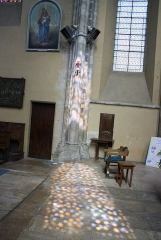 Eglise Saint-Clair-Saint-Léger - Deutsch: Katholische Pfarrkirche Saint-Clair-Saint-Léger in Souppes-sur-Loing im Département Seine-et-Marne in der Region Île-de-France (Frankreich), Lichtspiegelung eines Bleiglasfensters im Chor
