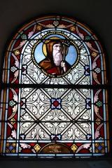 Eglise Saint-Amand - Deutsch: Bleiglasfenster in der katholischn Pfarrkirche Saint-Amand in Thomery im Département Seine-et-Marne (Île-de-France), Darstellung: hl. Hilario, Signatur: RESTAURE Juin 1979 ATELIER Michel DURAND ORLY