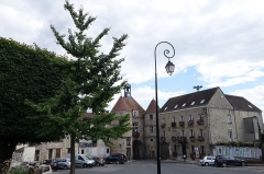 Hôtel de ville -  Place Edmond de Rotschild vue depuis le parvis de l'église Saint-Denis, Tournan-en-Brie