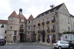 Hôtel de ville -  Porte et Hôtel de Ville, place Edmond de Rotschild, Tournan-en-Brie