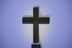 Eglise - Français:   Une Croix de pierre dans le froid de l\'hiver.