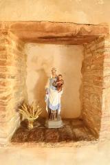 Eglise - Français:   Sous le caquetoir, statue de la Vierge et l\'enfant.