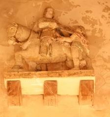 Eglise - Français:   Les églises dédiées à saint Martin sont très nombreuses dans le sud de la Seine-et-Marne. Cette statue représente l\'épisode emblématique de la vie du saint, celui où, venant d\'être baptisé, saint Martin partagea son manteau avec un pauvre.  Source: Le Patrimoine des Communes de la Seine-et-Marne. Île de France. Éditions Flohic.