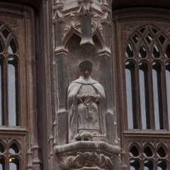 Maison Raccolet - English:  Carved decoration of the Racollet's House: the patron saint, protector of the home, St. Peter, has his feet a Rat Stuck ( RatStuck= RatCollé french homophone for Racollet).