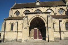 Eglise Notre-Dame - Deutsch: Katholische Pfarrkirche Notre-Dame in Bougival im Département Yvelines (Île-de-France/Frankreich), Vorhalle