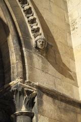 Eglise Notre-Dame - Deutsch: Katholische Pfarrkirche Notre-Dame in Bougival im Département Yvelines (Île-de-France/Frankreich), Konsole in Form eines Kopfes am Portal