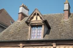 Hôtel du Lys - Deutsch: Giebelgaube auf dem das des Hôtel du Lys in Houdan im Département Yvelines (Île-de-France/Frankreich), Dachfenster